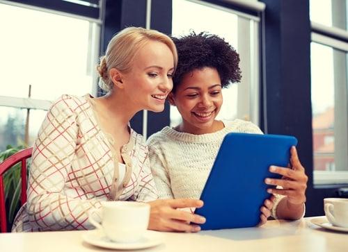 Wer Englisch lernen will muss viel Sprechen, am Besten mit Freunden im Café